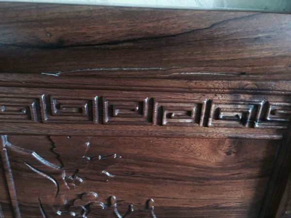 Humidity is the most important reason for the cracking of solid wood furniture